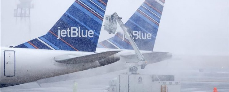 Airport workers perform de-icing at U.S. airports / EFE